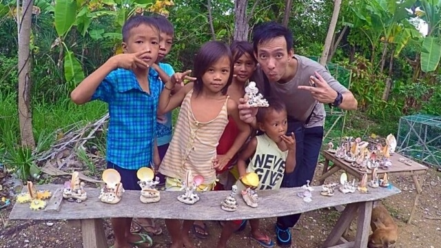 Emil with local children selling souvenirs made from seashells. Photo grabbed from Paulas Facebook.