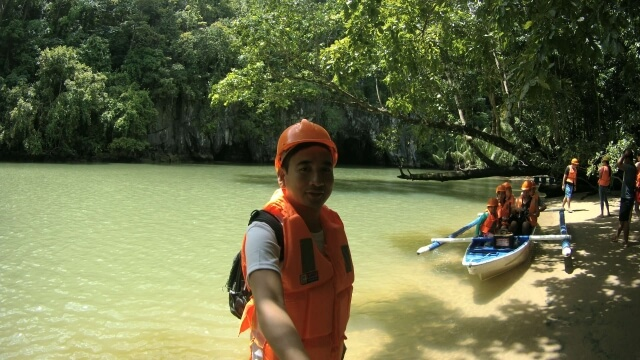 Selfie while waiting for our turn in front of the cave where the Underground River tour starts.