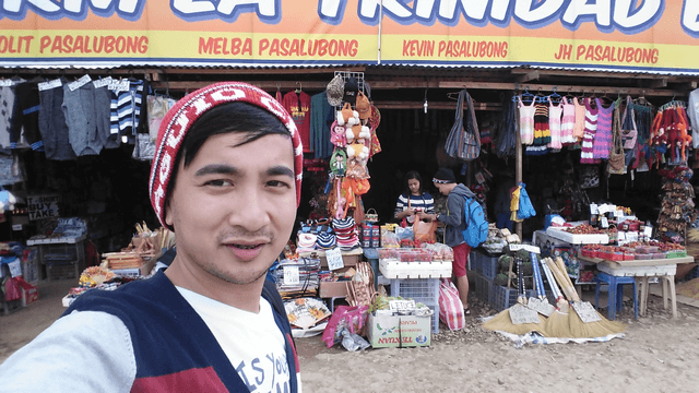Behind me is one of the many stalls selling souvenirs and pasalubong (presents) for your loved ones back home.