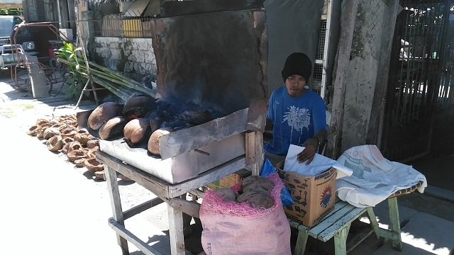 This is the improvised oven used to bake pandesurf and pandecoco. They use coconut husk on top of enclosed metal frame with an opening on one side.